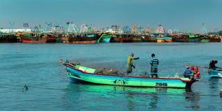 Os pescadores estão prontos para travar peixes no arasalaru do rio perto da praia karaikal imagem de stock