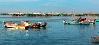 Os pescadores estão prontos para travar peixes no arasalaru do rio perto da praia karaikal imagens de stock