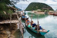 Os pescadores estão recolhendo o mexilhão em seu barco Imagens de Stock Royalty Free