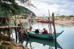 Os pescadores estão recolhendo o mexilhão em seu barco imagem de stock royalty free