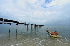 Os pescadores locais trabalham duramente no mar Fotos de Stock Royalty Free