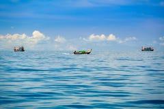 Os pescadores navegam seus barcos do longtail para fora ao mar para pescar Fotografia de Stock Royalty Free