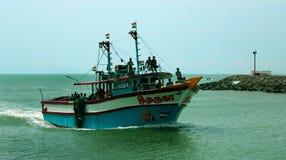 Os pescadores retornam do mar com barco grande foto de stock royalty free