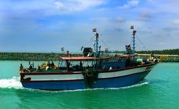 Os pescadores retornam do mar com barco grande imagens de stock royalty free