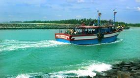 Os pescadores retornam do mar com barco grande imagem de stock