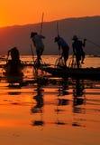 Pescadores no por do sol do lago Inle. Imagens de Stock Royalty Free