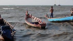 Os pescadores tailandeses retros conservados em estoque do longtail do verão do mar das imagens de vídeo 1920x1080 salvaram seu h filme