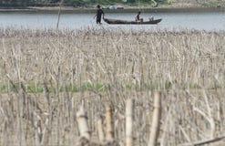 Os pescadores tomam através de uma mulher no centavo do boyolali de Klewor dos reservatórios foto de stock royalty free