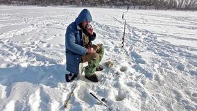 Os pescadores travam um peixe vídeos de arquivo