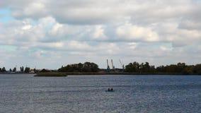Os pescadores vão em um barco video estoque