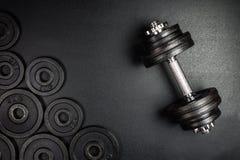 Os pesos do Gym com pesos pretos 1kg e 2kg do metal no fundo preto com sapce da cópia, fotografam tomado de cima de fotografia de stock royalty free