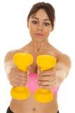 Os pesos do sutiã dos esportes do rosa da mulher de Fitnes alcançam para fora Fotos de Stock