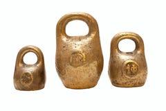 Os pesos oxidados da escala da cozinha do ouro no fundo branco Fotos de Stock Royalty Free