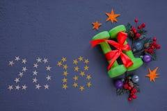 Os pesos são um grande presente pelo ano novo Natal 2018 Foto de Stock