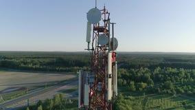 Os pessoais aéreos da manutenção do tiro na antena celular na telecomunicação elevam-se filme