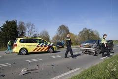 Os pessoais da emergência investigam após um acidente Foto de Stock Royalty Free