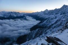 Os picos afiados bonitos começam brilhar enquanto o sol aumenta nos cumes franceses imagem de stock royalty free