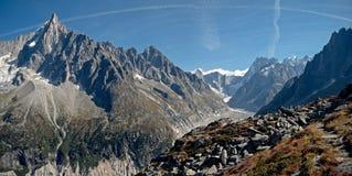 Os picos altos do vale e do Mont Blanc Massif de chamonix na vila de Chamonix em França imagem de stock