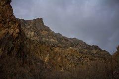 Os picos ao longo da garganta da rocha arrastam em Provo, Utá fotografia de stock royalty free