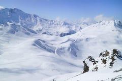 Os picos de montanha da neve, esqui inclinam-se em cumes franceses Imagem de Stock