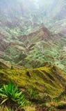 Os picos de montanha do vale de Xo-Xo no sol iluminam-se Vila local no vale Muitas plantas do agava crescem no rochoso íngreme Foto de Stock Royalty Free