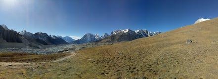 Os picos de montanha nepaleses são do fundo natural da cena da área céu azul imagens de stock