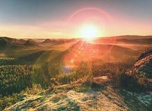 Os picos do arenito aumentaram do vale nevoento fotografia de stock royalty free