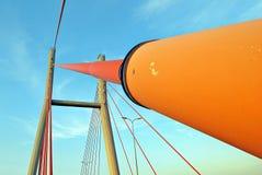 Os pilões da ponte nas cordas contra o céu azul nas nuvens Imagem de Stock