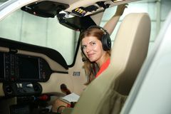 Os pilotos da menina estão prontos para voar imagens de stock