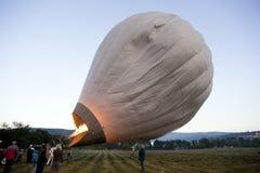 Os pilotos profissionais preparam o balão para o começo Foto de Stock