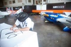 Os pilotos são assinatura para o turista em Airrace 1 Fotografia de Stock Royalty Free