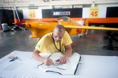 Os pilotos são assinatura para o turista em Airrace 1 Fotos de Stock