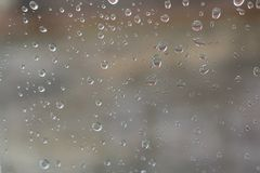 Os pingos de chuva estão no outro lado do vidro Foto de Stock