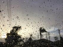 Os pingos de chuva no fundo de vidro Imagens de Stock