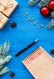 Os planos pelo ano novo na placa abrem a opinião superior do caderno Foto de Stock