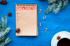 Os planos pelo ano novo na placa abrem a opinião superior do caderno Imagem de Stock