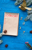 Os planos pelo ano novo na placa abrem a opinião superior do caderno Imagens de Stock Royalty Free