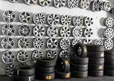 Os pneus armazenam com tipos diferentes das rodas Fotografia de Stock Royalty Free