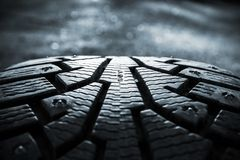 Os pneus do inverno fotografaram na opinião do close-up em Finlandia Fotos de Stock Royalty Free