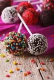 Os PNF do bolo de chocolate com doces polvilham o macro em uma tabela Vert Fotos de Stock Royalty Free