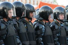 Os polícias desconhecidos contra o Kremlin em partes da oposição do russo para eleições justas, podem 6, 2012, quadrado de Bolotn Fotografia de Stock