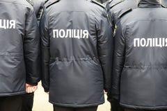 Os polícias no uniforme com a polícia da inscrição no ucraniano, estão a rua na cidade de Dnipro imagens de stock royalty free