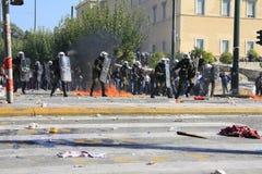 Os polícias tentam empurrar para trás protestadores Imagem de Stock
