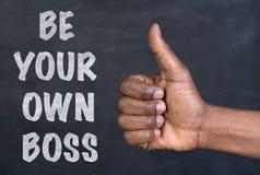 Os polegares acima do gesto à frase sejam seu próprio chefe Fotos de Stock