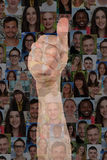 Os polegares do sucesso do conceito levantam o sinal com grupo de pessoas Imagem de Stock Royalty Free
