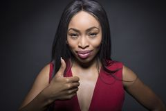 Os polegares fêmeas pretos levantam expressões imagem de stock royalty free