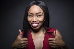 Os polegares fêmeas pretos levantam expressões fotos de stock royalty free