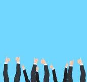 Os polegares levantam e os gestos do sucesso dos muitos as mãos diferentes do homem e da mulher de negócio Fotografia de Stock
