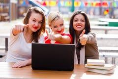 Os polegares levantam estudantes Imagens de Stock Royalty Free