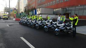 Os polis da estrada do russo comandam a equipe na rua Imagens de Stock